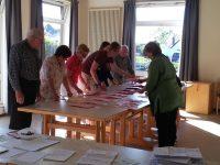 Die Mitglieder des Wahlvorstands beim Auszählen